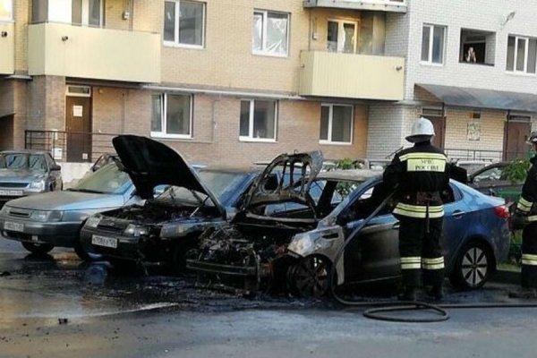 В Ставрополе во дворе одного дома сгорело два автомобиля