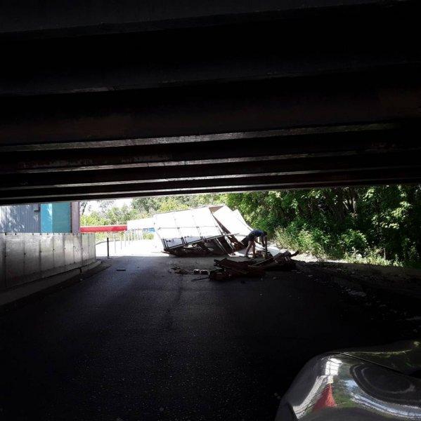 «Мост глупости»: В Перми мост словил «ГАЗель» с хлебом