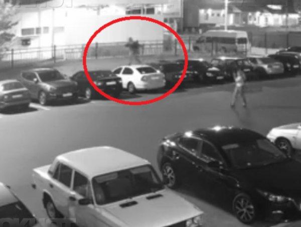 В Воронеже запечатлели прыгающего по автомобилям подростка