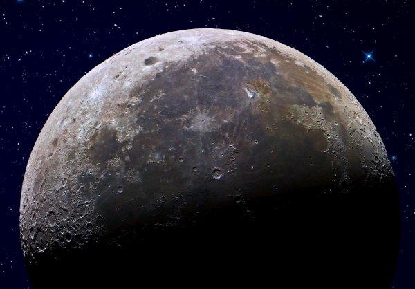 На Луне уфологи заметили «подземную базу инопланетян»