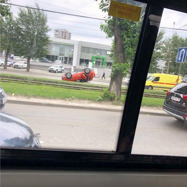 В Екатеринбурге на крышу перевернулся кроссовер со знаком «инвалид»