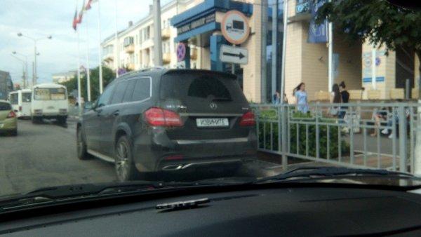 Воронежский мажор на Mercedes прячет номера под надписью «извините»