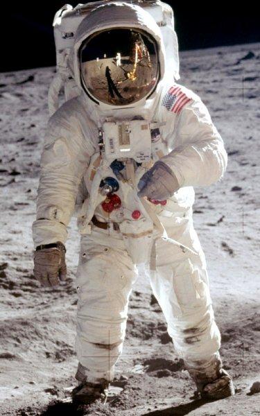 Личные вещи первого человека на Луне уйдут с молотка на аукционе в США