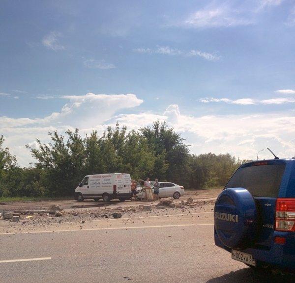 Строительный мусор высыпался на дорогу из 40-тонного грузовика в Воронеже