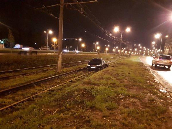В Самаре иномарка перегородила трамвайные пути после ДТП с LADA