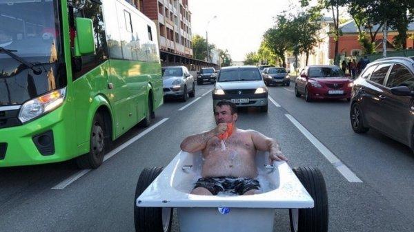 Мужчина проехал в центре Тюмени в ванной на колесах