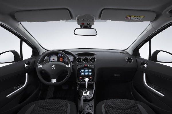 Представлены первые «живые» фото обновленного седана Peugeot 408