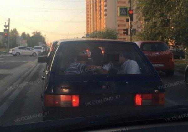 Ростовчане высмеяли «резиновый» ВАЗ с толпой мужчин внутри
