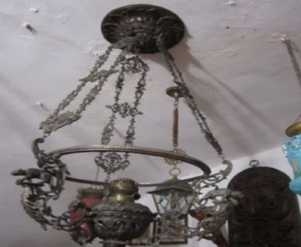 В Таганроге антикварную люстру продают за немалые деньги