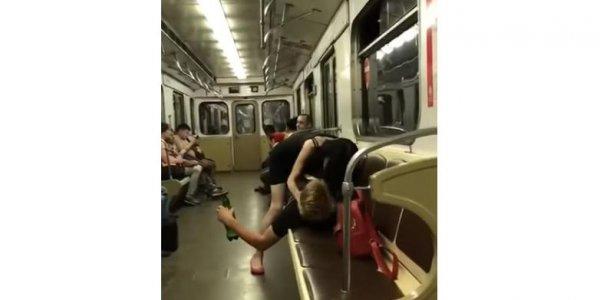 Секс молодой пары в метро был остановлен пенсионером