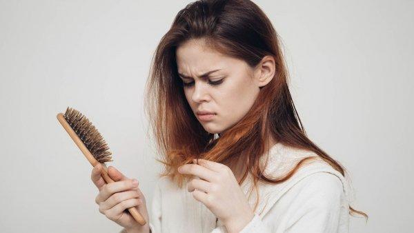 Ученые рассказали, почему у женщин выпадают волосы