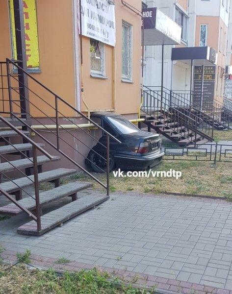 «Магическую» парковку половины автомобиля засняли в Воронеже