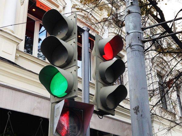Сумасшедший светофор в Ростове доводит жителей до безумия
