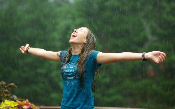 Любовные игры голых сибирячек во время дождя попали на видео