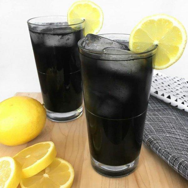 Диетологи рассказали о неожиданных побочных эффектах напитков с активированным углём