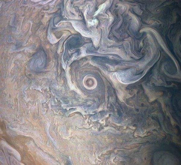 NASA показало затейливый облачный пейзаж на Юпитере