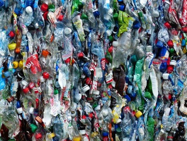 Ученые сделали из пластиковых отходов топливо для авто