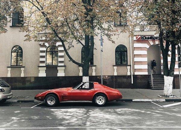Легендарный спорткар Chevrolet Corvette засняли на улице в Воронеже