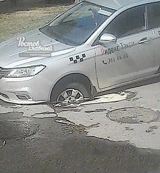 В Ростове такси провалилось в размытую канализацией яму