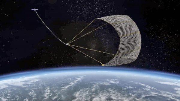 Британский спутник впервые поймал космический мусор с помощью сети