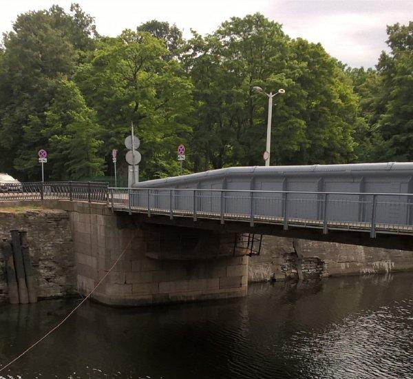 В Кронштадте отвезли на ремонт уникальный мост середины XIX века