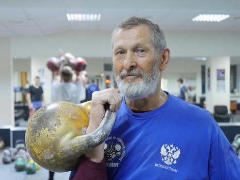 В 71 год тюменец Виктор Аксентьев поднимает гири более 200 раз. А ты?