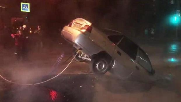 Прорвало трубу и автомобиль провалился под землю – видео
