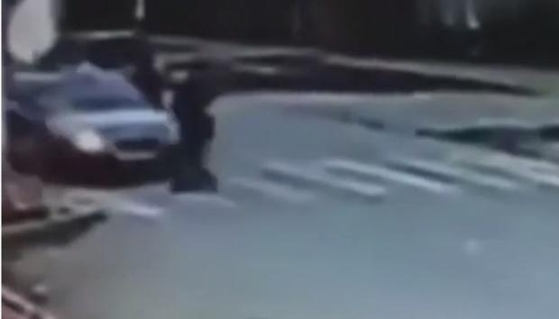 Легковушка на полном ходу сбила женщину с ребенком – видео