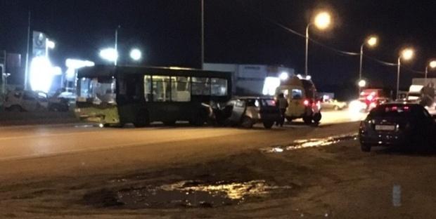 В Тюмени виновник ДТП с автобусом, который пытался совершить обгон, находится в реанимации