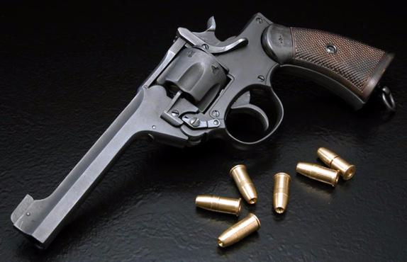 Играя с пистолетом, 12-летняя девочка получила серьезное ранение