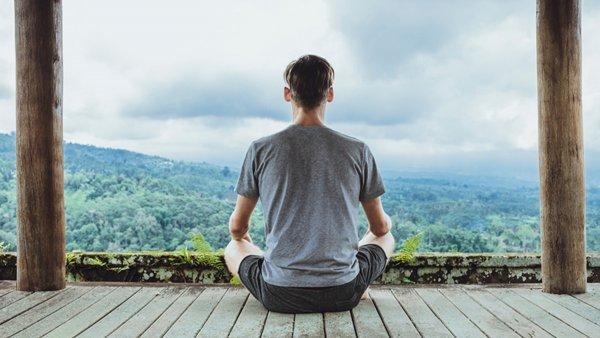 Медитация помогает справиться с бессонницей и кошмарами – учёные