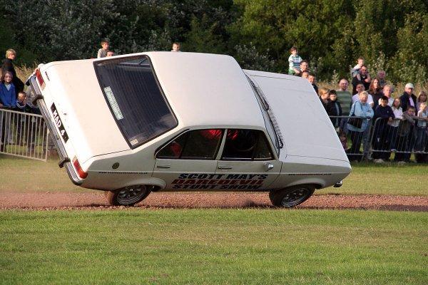 «Куда там Форсажу!»: Езда LADA Vesta на двух колесах покорила сеть