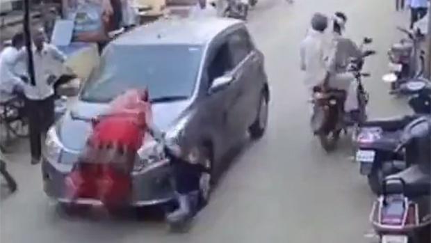 Машина посреди рынка сбила мать с ребенком