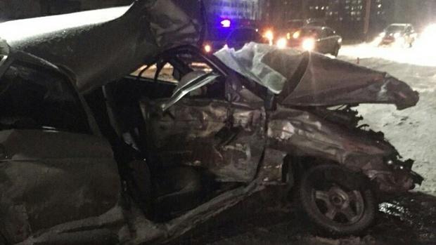 В Югре водитель легковушки, пытаясь совершить обгон, столкнулся с автобусом: мужчина погиб