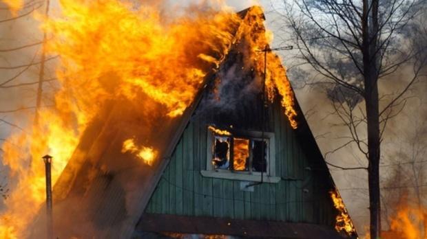 Полыхающий дачный дом тюменцев тушили 11 пожарных