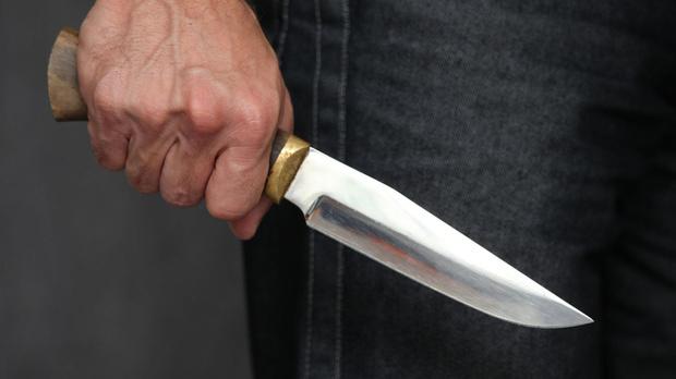 Молодой тюменец узнал в таксисте отца одноклассника и схватился за нож