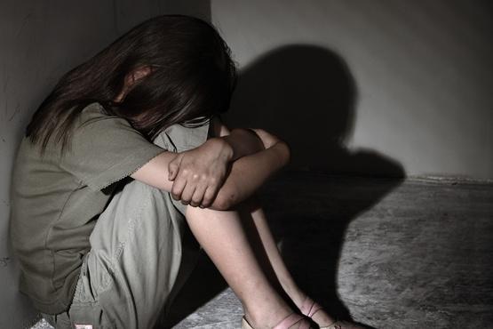 64-летний мужчина изнасиловал 12-летнюю дочь своего друга