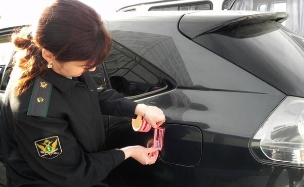 Тюменка отказывалась открывать дверь судебным приставам, пока у нее не забрали автомобиль