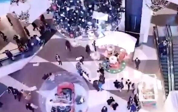 17-летний парень сбросил на головы посетителей ТЦ 600 тысяч рублей