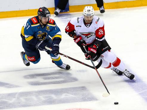 Омские хоккеисты в третьем матче подряд