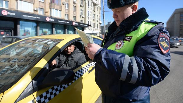 В Тюмени поймали таксиста с фальшивыми правами