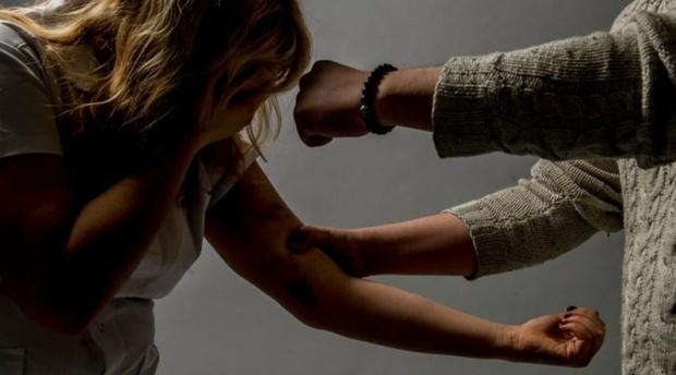 Повалил на пол и избил: тюменец довел бывшую жену до бессознательного состояния