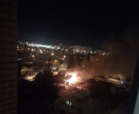 Один отказался, второй - в реанимации: ночью в сгоревшем доме пострадали тюменцы
