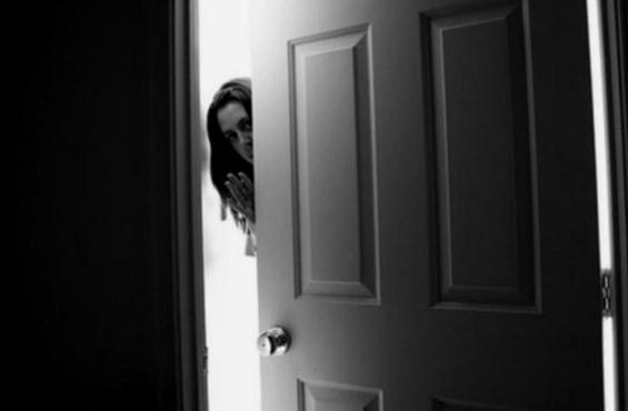 Мужчина изнасиловал молодую соседку, забывшую запереть дверь в квартиру