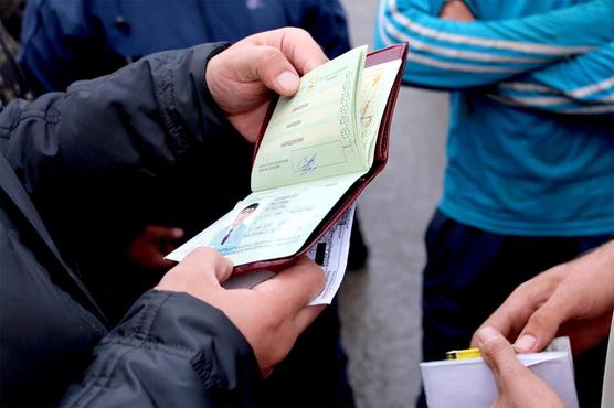 В Тюмени мужчина пытался заплатить полицейским, чтобы остаться в России