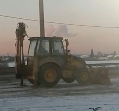 В Тюмени экскаваторщик придумал, как имитировать уборку снега, не работая - видео