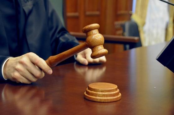 Схватил за одежду и сломал нос: в Югре наказали бизнесмена, побившего полицейского