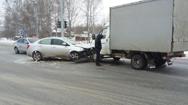 В Тюменской области легковушка врезалась в ГАЗель - пострадали два человека