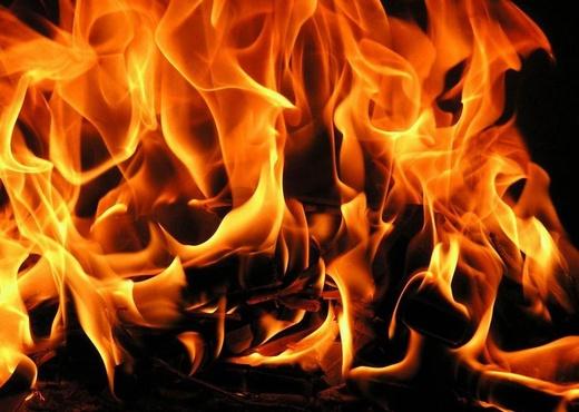Коллекторы подожгли дверь квартиры, в которой находились малолетние дети