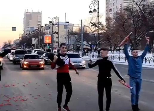 Обезьянка повторяет: тюменцы спровоцировали пробку, устроив перформанс на Республики – видео
